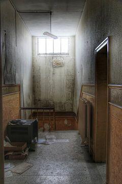 Enge gang in een verlaten gebouw van Melvin Meijer