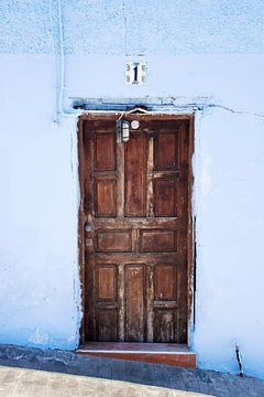 oude deur in blauwe muur