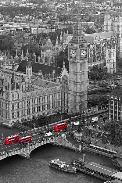 Big Ben met rode bussen te Londen van Anton de Zeeuw