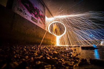 Lightpainting werk langs de waterkant onder viaduct van Fotografiecor .nl