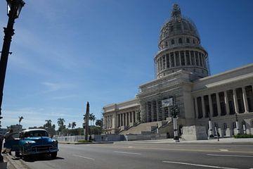 Klassieke Chevrolet voor el Capitolio in Havana van Bart Muller
