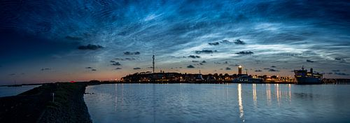 Lichtende Nachtwolken boven West-Terschelling