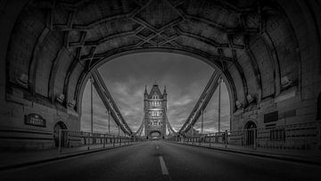 Schwarz-Weiß: Kein Verkehr auf der Tower Bridge von Rene Siebring