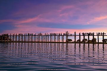 U-bein teak brug in Mandalay Myanmar bij zonsondergang van Nisangha Masselink