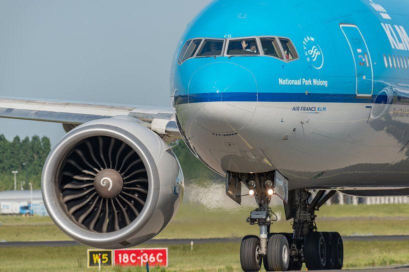 Bye bye, zwaai zwaai. Gezagvoerder van een KLM Boeing 777 zwaait vriendelijk naar enthousiaste spott van Jaap van den Berg