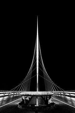 De Harp, Calatrava-Brücke in Nieuw Vennep in Schwarz und Weiß von Marcel van den Bos