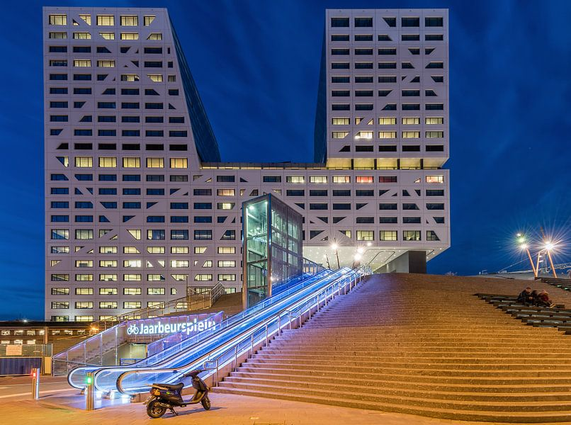 Stadskantoor, Utrecht in het blauwe uur (met scooter) von John Verbruggen