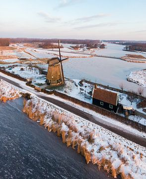 Sneeuw windmolen Twiske natuur gebied  bij zonsopkomst in Amsterdam Noord Drone Foto van Mike Helsloot