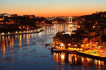 Uitzicht op Ponte da Arrabida en de oude stad Ribeira bij Abendd�mmerung, Porto, district Porto, Por van Torsten Krüger