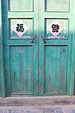 Zonnestralen op oude deuren | China van Inge Hogenbijl