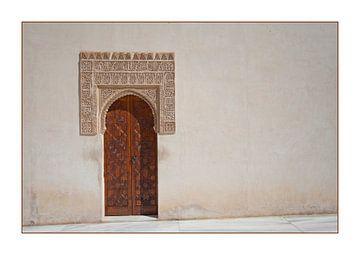 Wand und Tür in Alhambra, Spanien von Kees van Dun