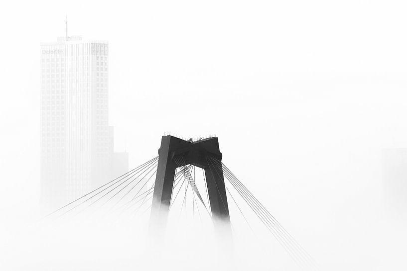Willemsbrug en Maastoren in de mist van Mark De Rooij