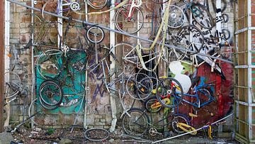 Wandversiering met afgedankte fietsen van Dick Doorduin