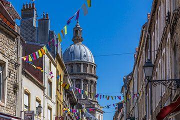 Feestvlaggetjes in de straten van Boulogne-sur-Mer van Easycopters