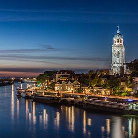 Deventer Skyline tijdens het blauwe uur van Edwin Mooijaart