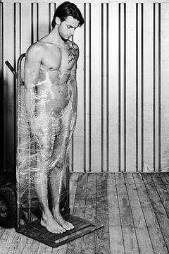 Netter nackter Mann mit Palettenverpackung. #A9118 von william langeveld