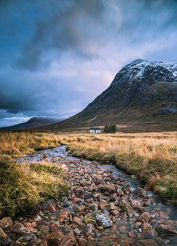Huisje aan de rivier in Glencoe van Bob Slagter