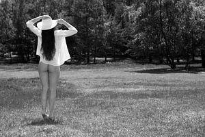 Artistiek naakt met hoed en blouse