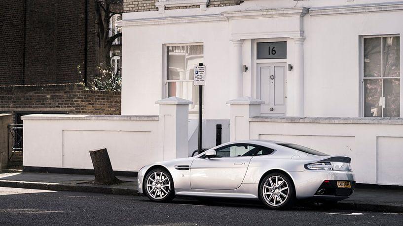 Zilvere Aston Martin V8 Vantage in Londen van Ansho Bijlmakers