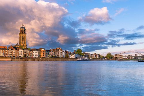 Deventer Skyline met donkere wolken van Edwin Mooijaart