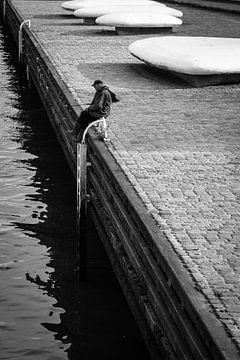 Visser in de Rotterdamse haven van Peter Bouwknegt