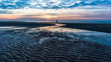 Mountainbike am Strand bei Sonnenuntergang von Alex Hiemstra