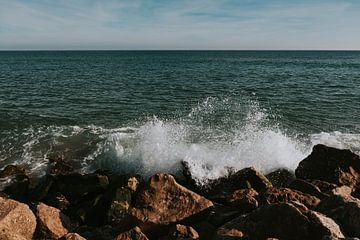 De fortes vagues sur l'Ilha do Farol, Algarve Portugal sur Manon Visser