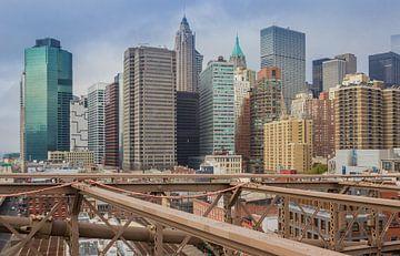 Blick auf die Wolkenkratzer von der Brooklyn Bridge in New York City von Marc Venema