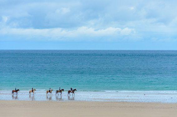 5 ruiters op het strand in Bretagne. van Don Fonzarelli