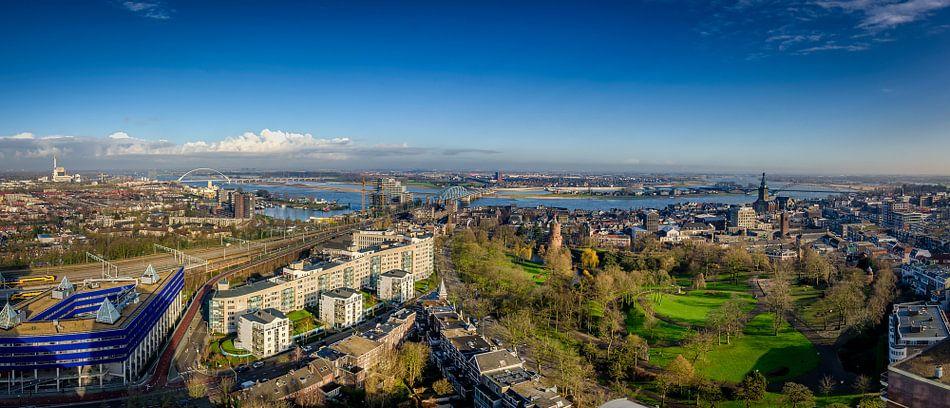 Panorama van Nijmegen  en de Waal van Bram Visser