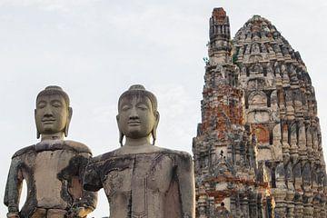 Historische Boeddhabeelden voor tempel in Ayutthaya - Thailand reisprints van Travelaar