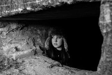 Meisje in bunker van Ronald van Emmerik