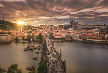 Zonsondergang boven Praag en haar Karelsbrug van Dennis Donders