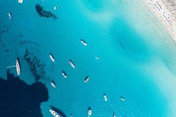 Blauwe zee met boten