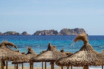 Parasols op het strand van S'Arenal in Mallorca van Reiner Conrad