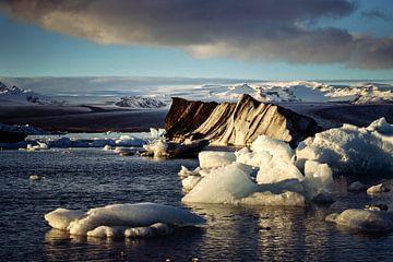 Zonsondergang bij gletsjermeer Jokulsarlon - IJsland van RUUDC Fotografie