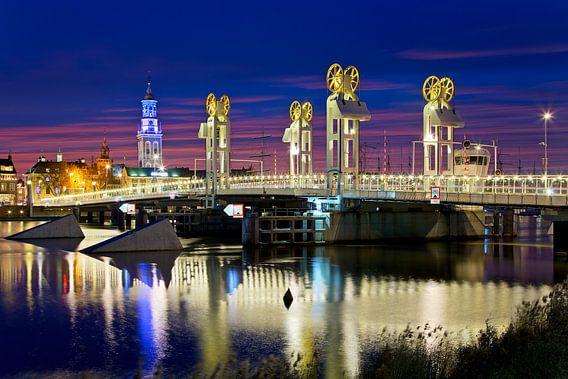 Stadsbrug in de nacht te Kampen van Anton de Zeeuw