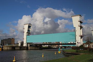 Algerakering met blauwe lucht en witte wolken von