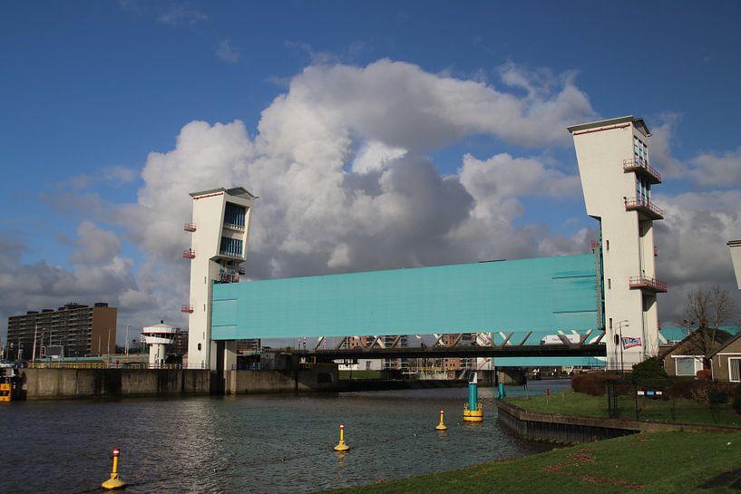 Algerakering met blauwe lucht en witte wolken van André Muller