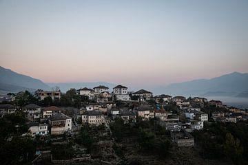 Gjirokaster, village de montagne en Albanie sur Ellis Peeters