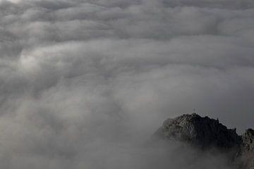 Von Wolken umgebener Berggipfel. von Raf Eussen