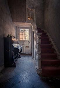 De gang met Piano en Trap in een Vervallen woning