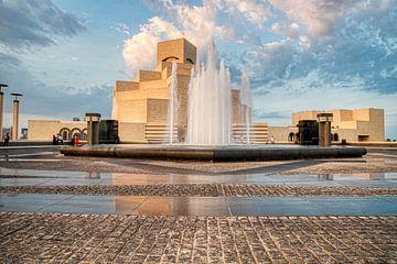 Museum für Islamische Kunst , Doha, Katar im Tageslicht Außenansicht mit Brunnen im Vordergrund von Mohamed Abdelrazek