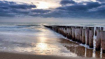 Zon, zee en wolken. Mooie ingredienten voor een dramatische foto. van John Trap
