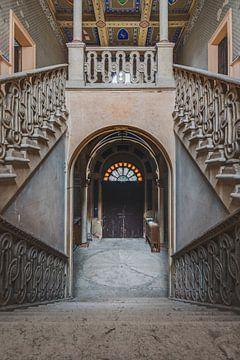 Schlosstreppe mit Tiefe und Symmetrie von Perry Wiertz
