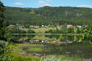 huisjes aan een fjord in noorwegen