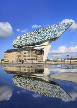 Anvers Maison Port sur le ciel bleu jour ensoleillé reflète dans un étang 2 sur Tony Vingerhoets