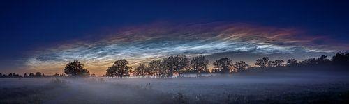 Lichtende nachtwolken van
