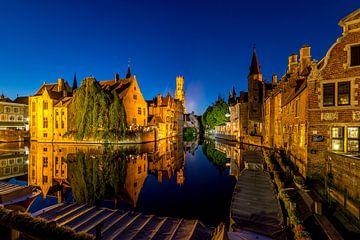 Het centrum van Brugge met uitzicht over de Dijver bij avondlicht van