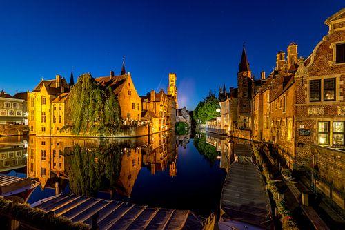 Het centrum van Brugge met uitzicht over de Dijver bij avondlicht